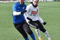Jedním z pěti hráčů krumlovského Slavoje, kteří zápas s Lomem nedohráli vinou zranění, byl Dominik Tůma (vpravo za lomským Karlem Baloghem).