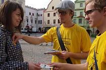 Žlutý kvítek měsíčku lékařského si ve středu v ulicích Českého Krumlova koupila od Martina Pupíka (vpravo) a Dalibora Jandy také Vlaďka Janotová.