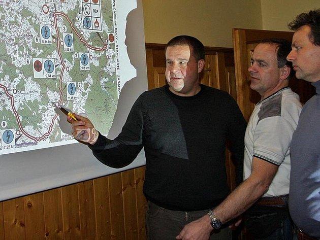 Ve čtvrtek večer seznámil nový ředitel Rallye Český Krumlov Jindřich Kunc (vlevo) organizátory jednotlivých rychlostních zkoušek s tratí letošní soutěže.