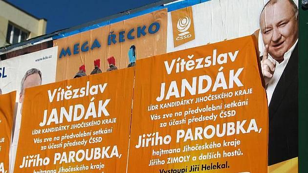Takto vypadaly včera některé výlepové plakátovací plochy v Českém Krumlově. Bez vědomí majitele a bez zaplacení.