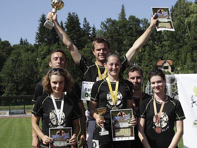 Nejúspěšnější borci 7. ročníku Šnomíbo desetiboje neregistrovaných: zleva stříbrní Martin Kollár s Madlou Kočovou, uprostřed vítězní rekordman Jiří Kačírek s Lucií Černou a vpravo bronzoví Milan Konrád s Lenkou Mojžíšovou.