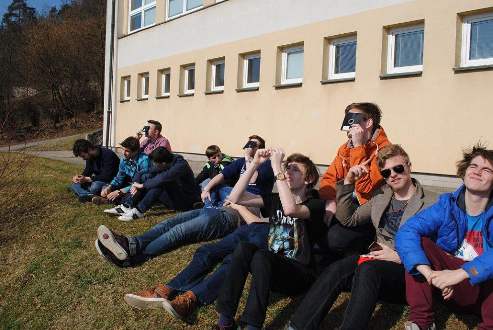Před budovou českokrumlovského gymnázia se pozorovalo zatmění Slunce.