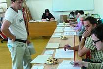 PRVNÍ VOLIČI přicházeli se svými volebními lístky už s úderem 14. hodiny. Základní škola Linecká v Č. Krumlově.