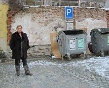Kontejnery v Hradební ulici řešilo město už několik zim.