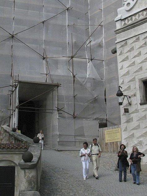 Obnova fasády Horního hradu je v poslední etapě. Lešení je k vidění na druhém nádvoří.