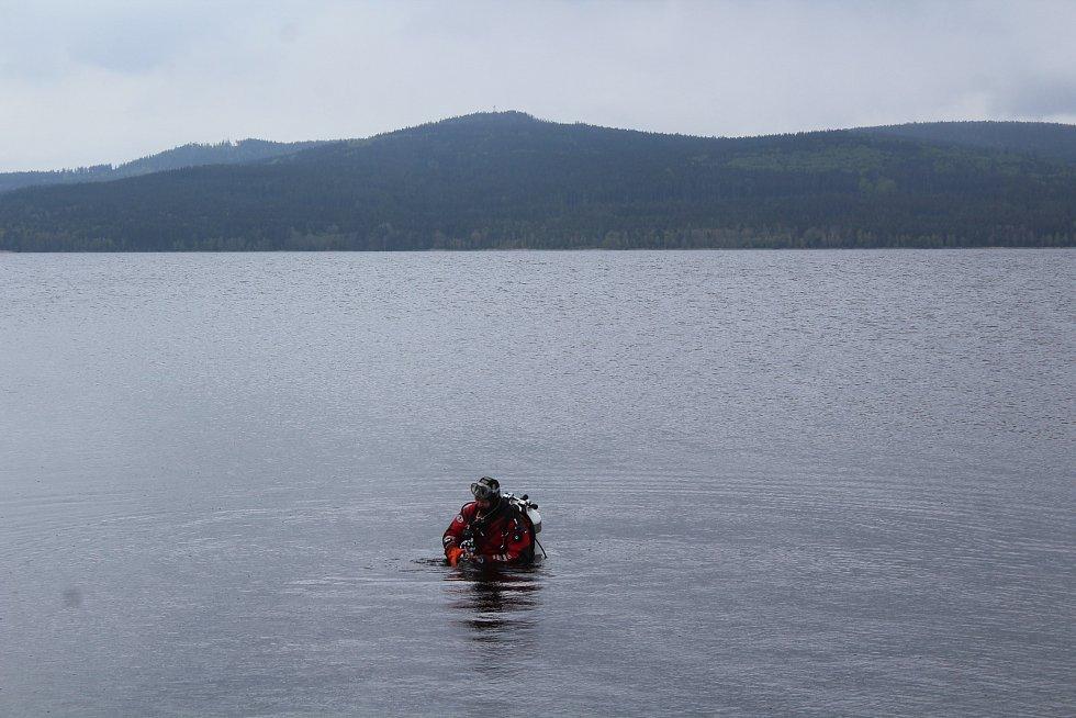 Tomáš Dvořák před ponorem ke zbytkům mostu, které jsou na dně Lipna více než 300 metrů do břehu.