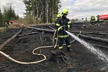 Na likvidaci požáru si hasiči museli nasadit dýchací techniku.
