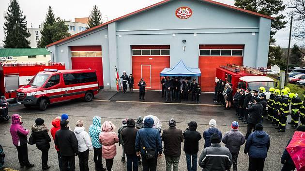Hasiči z Velešína slavnostně představili nový dopravní vůz.
