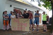 Protestní shromáždění Velešínských se konalo pod kaštany.