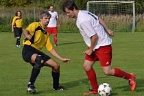 Křemežští splnili roli favorita a na domácím trávníku udolali obranáře z Přídolí, ale v závěru přišli o důležitého hráče defenzívy Petra Snížka (vpravo u míče v souboji s přídolským Pavlem Mittaschem), který byl v 78. minutě vyloučen.