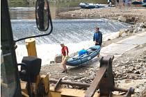 I tento týden se vodáci u jezu pod Plášťovým mostem v Českém Krumlově museli proplétat mezi bagry.