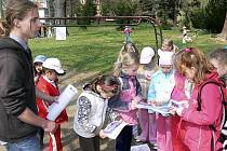 Pomocnou ruku při Dni Země poskytli žáci českokrumlovského gymnázia.