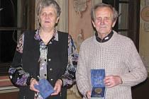 Na Krumlovsku bychom držitelů nejvyššího sportovního vyznamenání – Medaile za celoživotní práci ve prospěch tělovýchovy a sportu – napočítali na prstech jedné ruky. Od letošního roku se k této zářné společnosti připojili i Marie Románková a Josef Tůma.