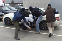 Snímek dokumentuje zatýkání lidí podezřelých z výroby a distribuce drog v rámci akce nazvané LACO.