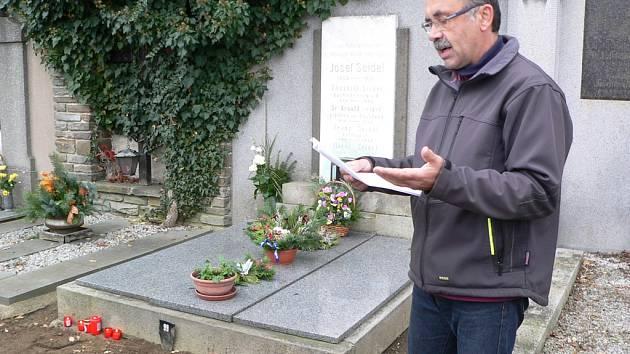 Deníkovské zapalování svíček u hrobu Josefa Seidela.