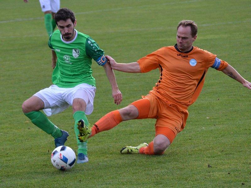 Ve druhé půli po Václavu Beránkovi převzal kapitánskou pásku krumlovského týmu Václav Novák (vlevo v souboji kapitánů s hostujícím Lukášem Hrabákem).