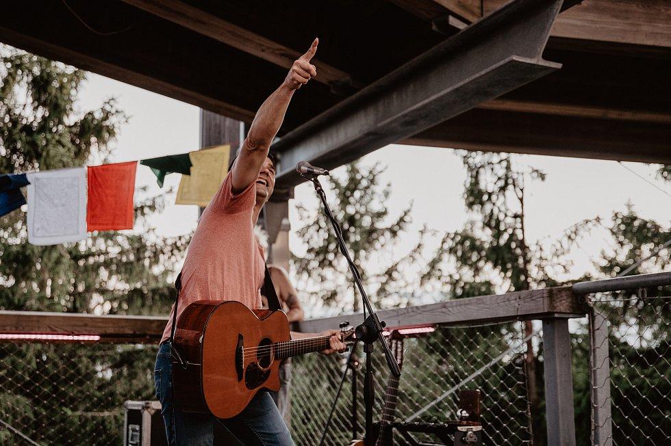 Tomáš Klus koncertoval na Stezce korunami stromů a neobvyklá výška pódia ho nijak nerozhodila.