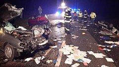 Při střetu pěti aut u Kaplice jeden člověk zemřel a čtyři osoby se zranily.