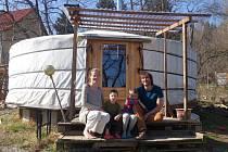 Rodina Aleny Kovaříkové před jurtou, v níž odstartuje komunitní škola.