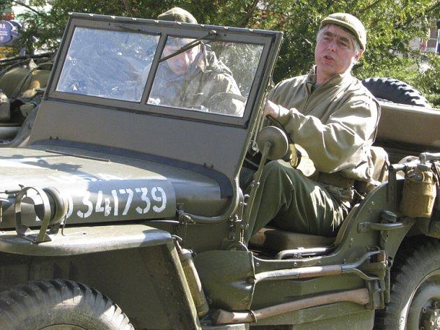 Čeští nadšenci představující vojáky z období kolem roku 1945  se nečekaně zabydleli rovnou před křemežskou radnicí, kde se vystavili obdivu  kolemjdoucích.