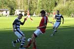 Kapličtí fotbalisté (v černobílém) zdolali v 6. kole I.A třídy Strunkovice nad Blanicí 2:1.