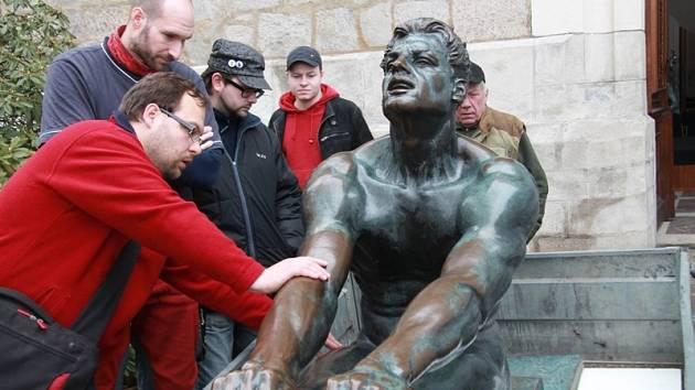VESLAŘ. Stěhování sochy z Alšovy jihočeské galerie do Vyššího Brodu se brzy zopakuje opačným směrem.