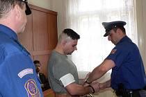 Před soudem stanuli městský policista a mladík, který v minulosti spáchal několik trestných činů. Teď  je ale obviněn strážník, který mladíka pronásledoval.