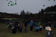 Necelé dvě stovky balónků s přáním Ježíškovy se v neděli vypouštěly ve Větřní.