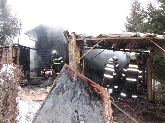 Požár chatky u Větřní.