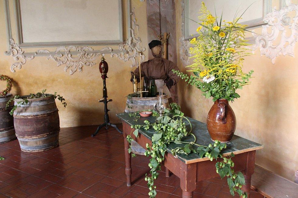 Živé květiny podtrhují krásu interiérů zlatokorunského kláštera.