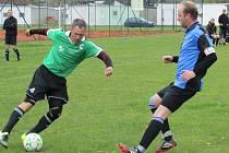 Okresní soutěž - 14. kolo: Benešov - Lipno 5:3 (zleva v souboji domácí Miroslav Novotný a hostující kapitán Vlastimil Březina).