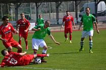 V důrazném utkání nakonec zůstaly tři body pod zámkem (nad míčem František Persán probíjející se západočeskou hrází).