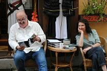 Čteme hezky česky v krámku Hezky česky u Jarky Dominové v centru Českého Krumlova. Tentokrát četli dva spisovatelé: Martina Málková a Libor Frýba.