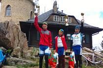 Mladí krumlovští bikeři se loni prosazovali v jednotlivých dílech Jihočeského poháru horských kol (zleva dva medailisté při závodu na Kleť).