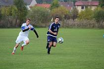 Fotbalisté Dolního Dvořiště (v modrém) prohráli v Hrdějovicích 0:4.