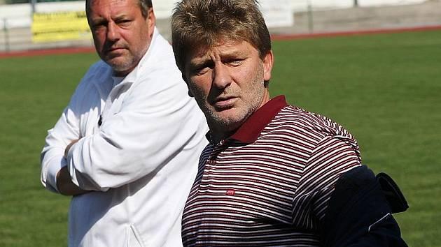 Trenérská dvojice mladších dorostenců Václav Domin a Jiří Černý (v pozadí).