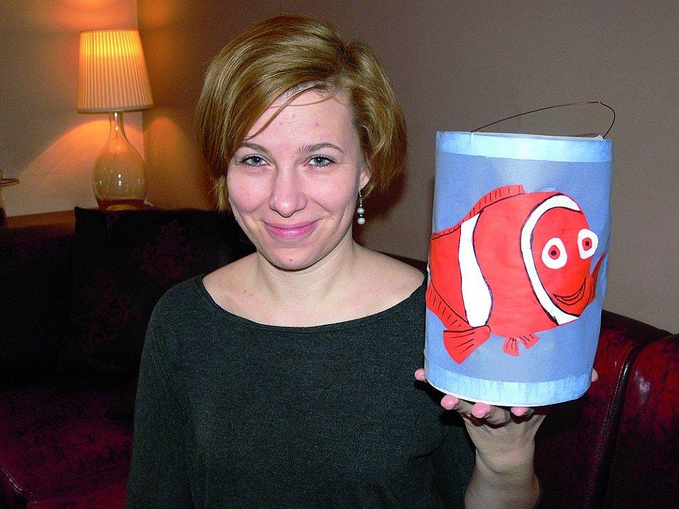 Hana Šustrová, jež bydlí, žije a tvoří v Českém Krumlově; je jí 32 let, je vdaná, má dvě děti, nyní je na rodičovské dovolené.