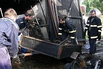 Na fotografii je část zásahové jednotky mojenských hasičů během úklidu po požáru jednoho z místních statků.