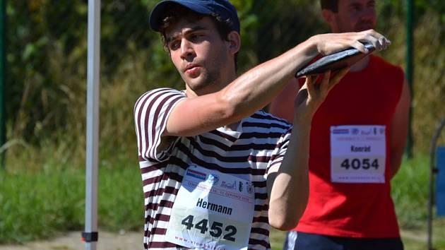 REKORDMAN. Vítěz předchozích dvou ročníků Krumlovského Šnomíbo desetiboje – Filip Hermann (na snímku z loňska) – drží výkonem blížícím se k pětitisícové hranici rekord mítinku.