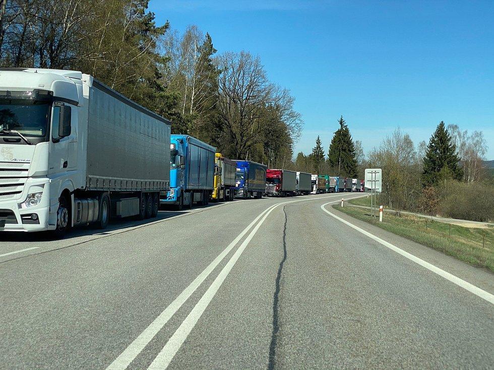 Kolona aut, hlavně kamionů, na E-55 stojí až k Nažidlům.