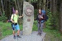 Na nejjižnější bod v Radvanově došel Josef Holoubek (vlevo) pár posledních kilometrů s kolegou poutníkem Lukášem Bayerem.