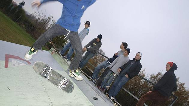 Na velešínský skatepark (na snímku) už vyznavači skateboardingu z Velešína i Českých Budějovicích nemají přístup. Rampy totiž neodpovídají normám.