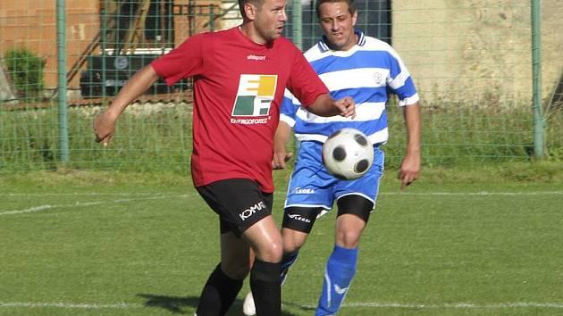 Třetí a potom i vítěznou čtvrtou trefu domácích v utkání s Vacovem zaznamenal nový hráč Nové Vsi Jiří Vlček (vlevo před hostujícím Čtvrtníkem).
