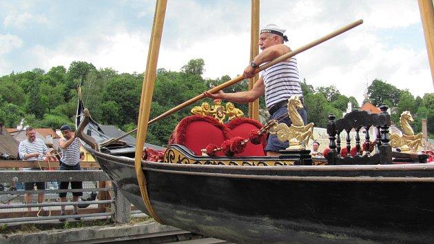 Vltavu v Krumlově brázdí historická benátská gondola