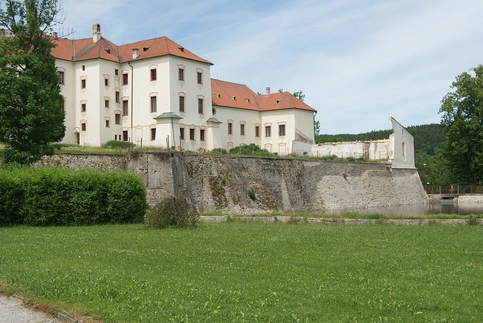 Rožmberská brána vyšebrodského kláštera je komplet opravena. Nyní začne stavba pobořené oranžérie.