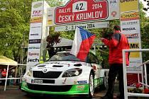 Jan Kopecký a Pavel Dresler se Škodou Fabia Super 2000 na startovní rampě loňského ročníku Rallye Český Krumlov. Letos tovární posádka představí zbrusu nový speciál.