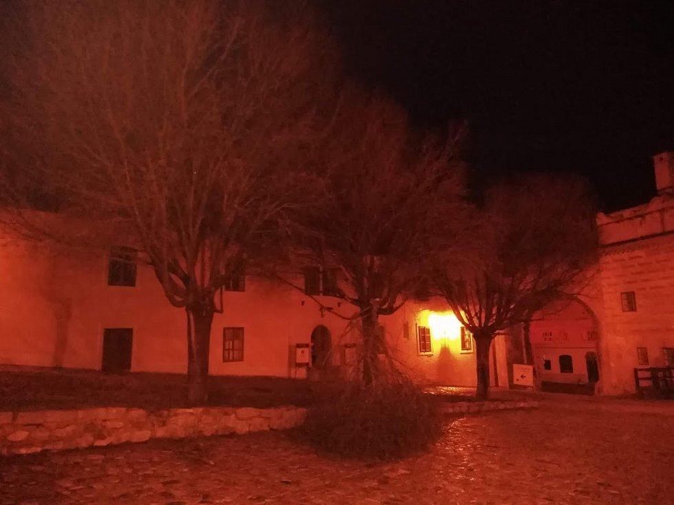 Na krumlovském zámku vítr poshazoval několik střešních tašek a hřebenáčů a polámal stromořadí na I. nádvoří.