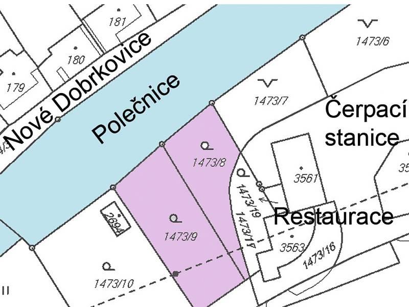 Pozemky s navážkou na pravém břehu Polečnice.