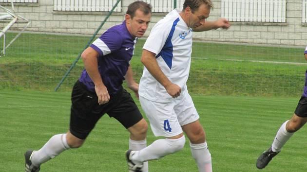 OPM - 6. kolo: Dolní Dvořiště - FC Vltava 1:1 (u míče hostující Jan Fejtek stíhaný domácím matadorem Pavlem Pechou).