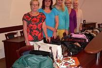 Ženy na kaplické radnici shromáždily množství kabelek a šátků.